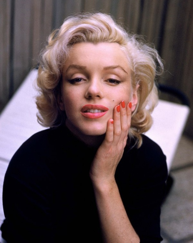 marilyn monroe red nails